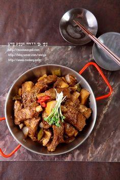 등갈비찜-하나씩 뜯어 먹는 맛이 일품! 돼지등갈비찜...^^ : 네이버 블로그 Korean Food, Curry, Pork, Food And Drink, Beef, Meals, Dishes, Cooking, Ethnic Recipes
