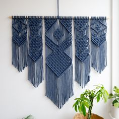 Fantastic Photo Macrame Wall Hanging living room Suggestions Macrame is back in fashion! In case your style will be possibly slightly boho, some sort of macrame Macrame Design, Macrame Art, Macrame Projects, Driftwood Macrame, Craft Projects, Macrame Wall Hanging Patterns, Macrame Patterns, Macrame Curtain, Home Furnishings
