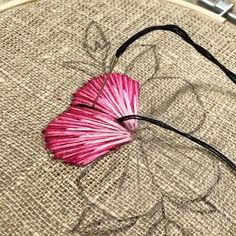 Hand Embroidery Patterns Flowers, Basic Embroidery Stitches, Hand Embroidery Videos, Embroidery Stitches Tutorial, Simple Embroidery, Silk Ribbon Embroidery, Embroidery Fonts, Hand Embroidery Designs, Hand Embroidery Projects