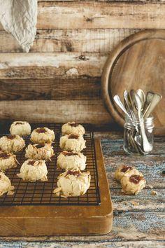 Ho perso il conto di quante volte ho preparato questi biscotti sablé. La versione di oggi è con mandorle, miele d'acacia e marmellata di arance rosse bio.