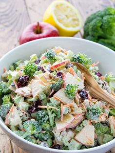 Salade composée originale avec brocoli frais et pomme