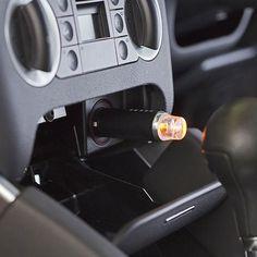 Acest diffuser compact satisface exigentele celor mai pretentiosi. Odorizantul are insertie din piele, este superior în design-ul său și completează interiorul din piele al mașinii. Pentru a va bucura de aroma preferata in timp ce conduceti, se introduce in priza 12V a masinii. Dispune de doua reglaje pentru intensitatea aromei: low/high.