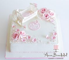 Anna Brandsdal - Kaker & Cookies: Navnefest for Vlora    Christening cake with pink flowers and victorian crib
