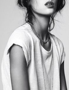 Accumulation de fins colliers + tee-shirt vieilli = le bon mix