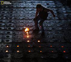 metal worker Photo by Murat Yılmaz -- National Geographic Your Shot National Geographic Fotos, National Geographic Photo Contest, National Geographic Photography, Amazing Photography, Art Photography, Richmond Park, Leagues Under The Sea, Light Painting, Picture Photo