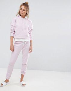 ¡Cómpralo ya!. Joggers en color lila de South Beach. Pantalones de chándal de South Beach, Tejido de punto suave al tacto, Cinturilla con cordón ajustable, Puños de canalé, Corte estándar - se ajusta al tallaje real, Lavar a máquina, 50% algodón, 50% poliéster, Modelo: Talla UK 8/EU 36/USA 4; Altura de 173 cm/5'8. Con un chapuzón, la nueva marca de moda baño South Beach presenta en su debut una excitante colección de prendas guiadas por las nuevas tendencias. Con cuentas y adorno...