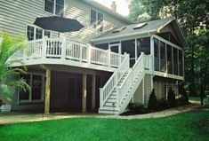 Are you thinking of building an elevated deck to beautify your outdoor living spaces? Checkout this elevated deck designs ideas for your outdoor. Cool Deck, Diy Deck, Screened In Deck, Screened Porches, Patio Deck Designs, Patio Design, Porch Designs, House Design, Exterior Design