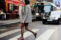 How to wear brogues in winter street styles ideas Casual Street Style, Street Chic, Street Style Women, Street Snap, Loafers With Socks, Leandra Medine, Red Jeans, Winter Skirt, Clothes