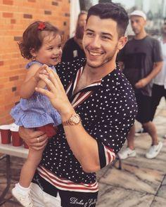 Nick Jonas with his niece Valentina ❤️ Nick Jonas Instagram, Sophie Turner Instagram, Jonas Brothers, Nick Jonas Shirtless, Danielle Jonas, My Little Nieces, Z Cam, Lucky Girl, Saturday Night Live