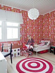 Syvänpunainen Jänis istui maassa -pupu-tapetti on Tapettitalosta ja raikkaan näköinen tyynykuosi Darling Clementinen. Hierovalla selkänojalla varustettu tuoli on suunnittelutoimisto Elsan eli Eeva Lithoviuksen ideoima.   Oivallusten leikkikenttä   Koti ja keittiö Kids Room, Koti, Rugs, Baby, Home Decor, Farmhouse Rugs, Room Kids, Decoration Home, Room Decor