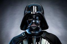 Darth Vader, Tercer Aprendiz de Darth Sidious fue un Jedi caído al Lado Oscuro de quien se creía era el Elegido por los Jedi y traer balance a la Fuerza, y presumiblemente creado por medio de la manipulación de los midiclorianos por Darth Plagueis, algo que ya sospechaba Sidious.