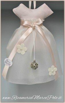 raccolta bomboniere molto belle Baby Favors, Baby Shower Favors, Little Dresses, Flower Girl Dresses, Sachet Bags, Diy Vetement, Baptism Party, Lavender Sachets, Wedding Favor Boxes