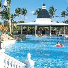 Riu Bambu   Punta Cana, Republique Dominicaine  Situer à 45 minutes de l'aéroport de Punta cana sur la plage d'Arena Gorda, ce complexe vient d'être rénové ressèment, il offre 560 chambres répartie dans 1 bâtiment de 4 étages et convient à tous. Plusieurs catégories de chambres sont offertes de plus chambre familiale pouvant recevoir 5 personnes. Aménagé de 2 lits double et un canapé lit, coin séjour, coffret de sûreté, mini-bar, salle de bain complète avec bain et douche.  Jaimonvoyage.com