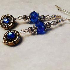 Nieuw in onze shop! Prachtige oorbellen.hand gemaakt met antiek zilveren bloemen en bloemkapjes samen met helder blauw swarovski kristal.