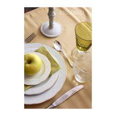 Mesa en blanco, verde lima y crema.  www.cosasdemaruja.es