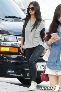 Yuri again ♡♥ Snsd Fashion, Korean Fashion, Girl Fashion, Womens Fashion, Yuri Girls Generation, Airport Style, Airport Fashion, Street Fashion, Kwon Yuri