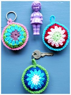 Crochet key chains-have to translate the language. Crochet Diy, Crochet Amigurumi, Easy Crochet Patterns, Love Crochet, Crochet Gifts, Crochet Flowers, Knitting Projects, Crochet Projects, Crochet Mignon