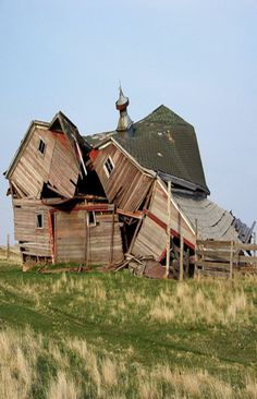 Abandoned old barn. Old Abandoned Houses, Abandoned Buildings, Abandoned Places, Old Houses, Country Barns, Country Living, Barns Sheds, Old Farm, Old Buildings