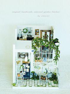 miniature kitchen* 外観が完成しました。この外観は以前に作ったカフェを、キッチンサイズに合わせてカットし、作り直しました。窓があると、や...