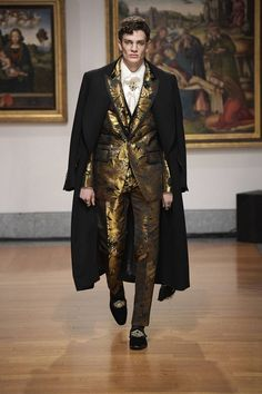 Dolce & Gabbana Alta Sartoria celebrates knowledge and wisdom with its pre-fall 2020 collection. Designers Domenico Dolce and Stefano Gabbana utilize their vast… High Fashion Men, High Fashion Outfits, Men Fashion Show, Suit Fashion, Luxury Fashion, Blazer For Men Fashion, Italian Mens Fashion, Dolce And Gabbana Suits, Dolce & Gabbana
