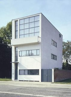 """In 1923 when Le Corbusier published his tome """"Vers une Architecture"""" (Toward a New Architecture), the Swiss-French architect declared, """"A house is a machine for living in. Architecture Design, Futuristic Architecture, Chinese Architecture, Architecture Office, Art Deco Buildings, Modern Buildings, Office Buildings, Interior Cladding, Famous Architects"""