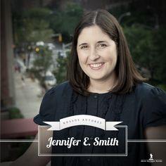"""Jennifer E. Smith é autora, também, de The Comeback Season e You Are Here. Se formou em redação criativa pela Universidade de St. Andrews, na Escócia e, atualmente, trabalha como editora em Nova York.   No Brasil, suas obras já publicadas são """"A probabilidade estatística do amor à primeira vista"""" e """"Ser feliz é assim""""."""