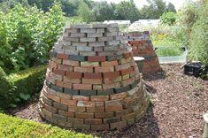 The bricks absorb warmth from the sun and heat up the composting material inside and speed up its decomposition. Eco Garden, Edible Garden, Garden Art, Garden Design, Green Garden, Organic Gardening, Gardening Tips, Log Fence, Garden Compost