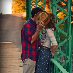Os casais ficam ansiosos em relação às fotos antes e no dia do casamento. Para você se inspirar te mostramos 10 ideias lindas de fotos de casal para copiar!