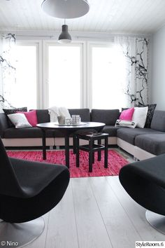 olohuone,olohuoneen sisustus,verner panton,pinkki matto,oksat verhoissa