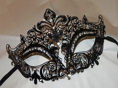 Esto es similar a la máscara de Stacy Keibler en fiesta de halloween masquerade en el Bellagio Hyde en Las Vegas. http://www.justjared.com/2012/10/28/stacy-keibler-halloween-masquerade-host/ Intrincado mediados tamaño negro ligero corte calado de metal decorada con piedras preciosas claro para mayor glamour y chispa. La máscara se une a cintas para facilitar el uso libre de manos, perfectos para la chica de novia, madrina o fiesta. Esta máscara también está disponible en plata y oro. En ...