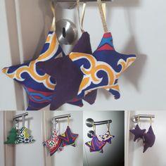 Encore un joli projet très simple à réaliser avec des chutes de tissus. Ici j'ai utilisé côté face un tissu égyptien (disponible sur le site) et sur le côté dos, un tissu coton épais assorti (aussi dispo sur le site). Et comme on aime bien recycler, on a bourré les étoiles et sapins (surtout les pointes) avec des mini chutes de tissus inutilisables. Ramadan Crafts, Ramadan Decorations, Dramatic Play, Comme, Christmas Ornaments, Holiday Decor, Handmade, Pointe Shoes, Fabrics
