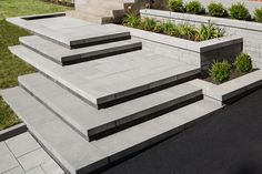 un design contemporain pour une entrée piétonne à palier multiple. / A contemporary design for a pedestrian entrance to multiple landing.