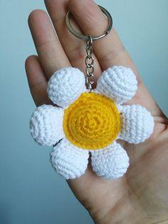 Amigurumi-daisy-anahtarlik-construcción Crochet Keychain Pattern, Crochet Bib, Crochet Home, Cute Crochet, Crochet Crafts, Crochet Flower Patterns, Crochet Stitches Patterns, Crochet Patterns Amigurumi, Crochet Flowers