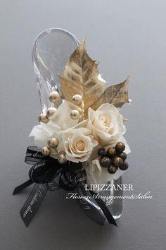 残りわずか☆クリスマスプリンセスアレンジ   LIPIZZANER Flower Arrangement Salon How To Preserve Flowers, Corsages, Ohana, Handmade Accessories, Xmas, Christmas, Wreaths, Rose, Crafts
