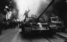 On the anniversary of the Soviet-led invasion of Czechoslovakia, Magnum photographer Josef Koudelka recalls the night the Prague Spring Cultura Pop, Prague Spring, Warsaw Pact, Concours Photo, Photographer Portfolio, Famous Photographers, Street Photographers, Foto Art, Expositions