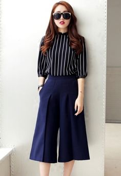 Minimal Fashion Style Tips. Minimal fashion Outfits for Women and Simple Fashion Style Inspiration. Minimalist style is probably basics when comes to style. Fashion Moda, Work Fashion, Asian Fashion, Womens Fashion, Office Outfits, Chic Outfits, Fashion Outfits, Office Attire, Square Pants