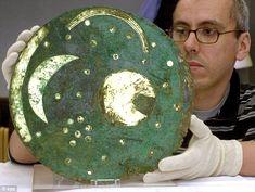 El Disco de Cielo fue descubierto en Alemania en 1999. Los expertos creen que el Nebra Sky Disc era una calculadora para ayudar a las personas de Edad de Bronce a predecir los mejores tiempos para sembrar y cosechar en primavera y otoño de la Edad del Bronce Media / 1600 a.C.