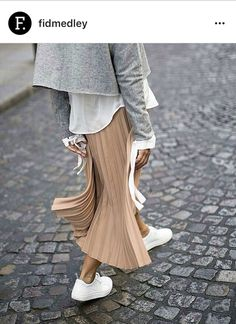 Street Long Pleated Skirts, White Pleated Skirt, Pleated Skirt Outfit, Midi Skirt, Skirt Outfits, Love Fashion, Fashion 2018, Womens Fashion Online, Spring Fashion