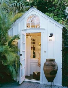 Garden room architecture Transform a simple shed into a lovely garden room Architectural Digest, Painted Shed, Shed Decor, Simple Shed, Simple House, She Sheds, Backyard Retreat, Backyard Ideas, Garden Cottage