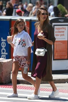 Jessica Alba wearing Vince Warren Leather Sneakers, Furla White Metropolis Crossbody Bag and Ray-Ban Aviator Sunglasses Jessica Alba Outfit, Jessica Alba Family, Jessica Alba Casual, Jessica Alba Style, Classy Outfits For Women, Casual Fall Outfits, Black Blazer With Jeans, Maternity Fashion, Celebrity Style