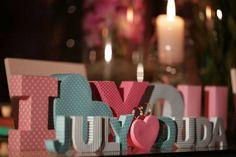 Casamento Real e Econômico - July e Duda  As letras da decoração foram de tecido, não de MDF.