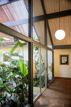 Robert Rummer's Eichler-like homes are highly coveted time capsule of the and Owners seldom leave. Mid Century Modern Living Room, Mid Century Modern Decor, Modern Patio, Modern Exterior, Mid Century Interior Design, Midcentury Modern Interior, Mid Century Exterior, Casa Patio, Forest House