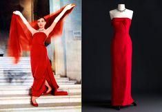 """Em """"Cinderela em Paris"""", Audrey Hepburn vestiu um longo vermelho sem detalhes ou estampas."""