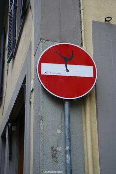 street art by Clet Abraham in Firenze (Toscana, Italy) http://restreet.altervista.org/clet-lartista-dei-cartelli-stradali/