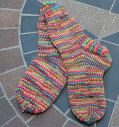 Simple Toddler Socks Top down, sock yarn, toddler to child Knitted Socks Free Pattern, Crochet Socks, Mittens Pattern, Knitting Patterns Free, Knitting Tutorials, Crochet Granny, Knitting Ideas, Scarf Patterns, Knitted Slippers