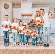 Wow on the way Who else loves a big family. how many kids would you love. Cute Family, Big Family, Family Goals, Beautiful Family, Family Life, Summer Family Pictures, Cute Baby Pictures, Funny Family Photos, Large Family Photos