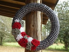 Houndstooth Alabama Football Wreath - Roll Tide. Could use a pool noodle to form the wreath!