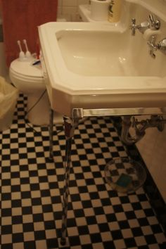Wall-mounted sink with metal legs