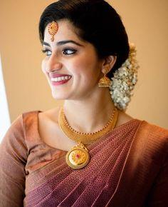 White Saree Wedding, Christian Wedding Sarees, South Indian Wedding Saree, Indian Bridal Sarees, Wedding Silk Saree, Indian Bridal Outfits, Christian Weddings, Kerala Engagement Dress, Engagement Dress For Bride