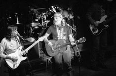 Jody Payne, left, plays with Willie Nelson during a 1986 appearance in Chicago. (AP)